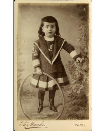 Enfant en marin avec cerceau (jouet)