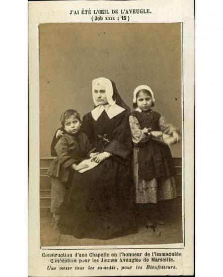 Religieuse de Marie Immaculée avec enfants aveugles