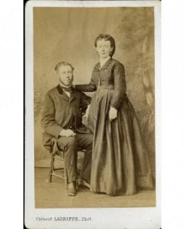 Couple: homme barbu, femme debout appuyée sur son épaule