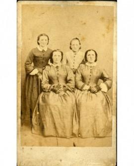 Quatre jeunes femmes (deux assises, deux debout)