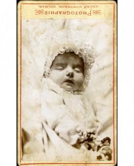Nouveau-né (chrémeau sur la tête). Photo mortuaire ?