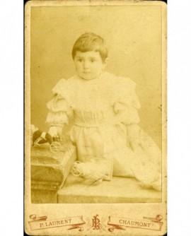 Enfant en robe avec jouets à roulettes