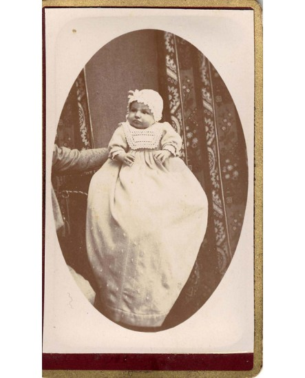 Bébé en robe de baptême