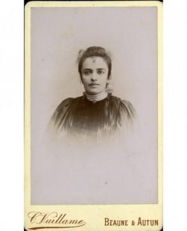 Portrait de jeune femme, un ruban rayé autour du cou