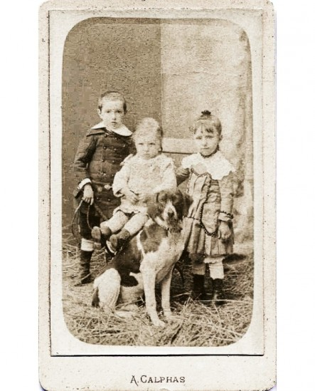 Groupe de trois enfants avec un chien