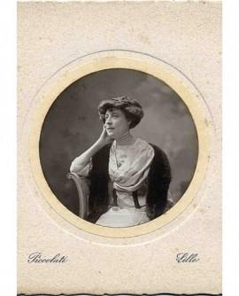 Portrait de femme accoudée se tenant la tête