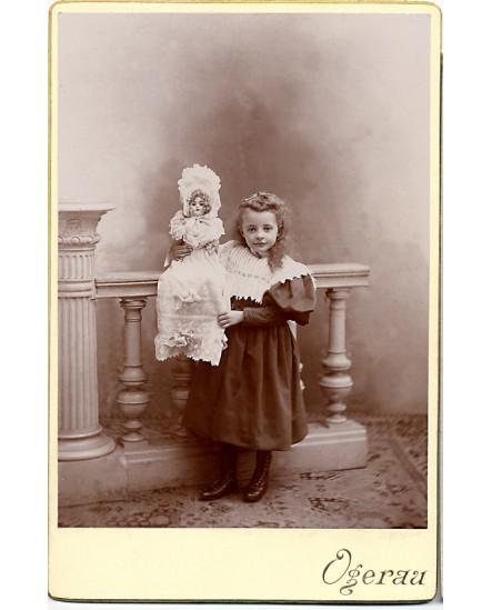 Fillette montrant sa (grande) poupée