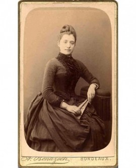 Portrait d'une femme en robe noire avec un éventail