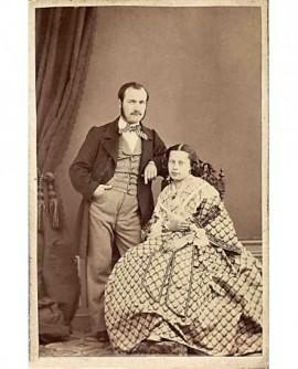 Couple: femme en robe gauffrée, homme debout