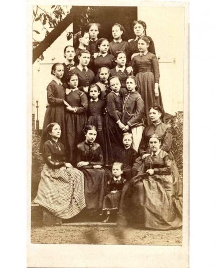 Groupe de jeunes filles d'un pensionnat (avec deux maîtresses)