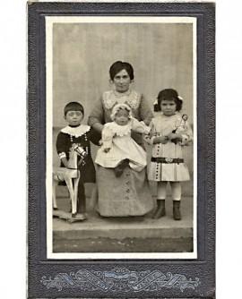 Mère et enfants (le dernier sur ses genoux)