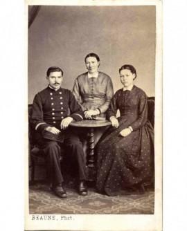 Mère entourée de deux enfants assis (l\'un en militaire)