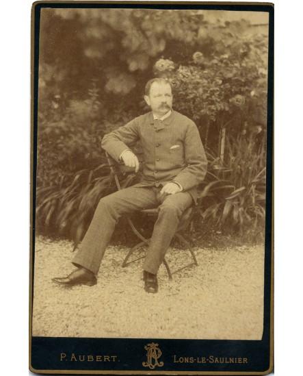Homme assis dans un jardin
