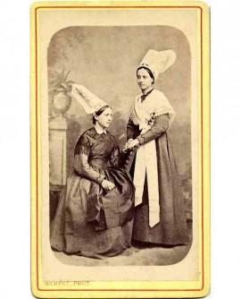 Femmes du pays guérandais en tenue traditionnelle