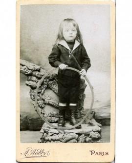 Enfant en col marin avec cerceau (jouet)