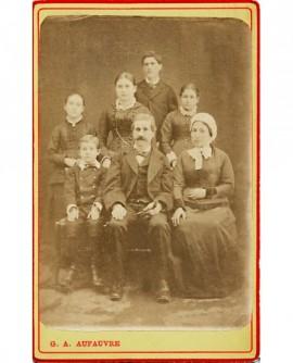 parents avec leurs cinq enfants (3 filles, 2 garçons) devant un drap