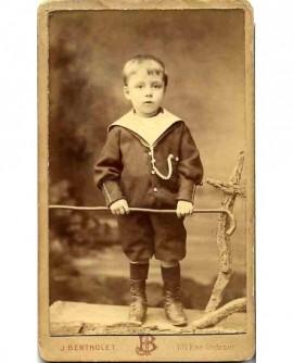 Enfant en col marin à la canne