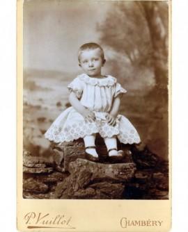 Enfant posant assis
