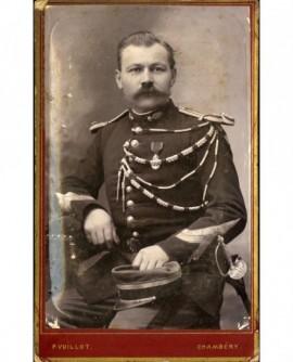 (Militaire) Gendarme médaillé, avec fourragère