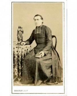 Portrait d'un ecclésiastique en calotte assis, son bréviaire à la main