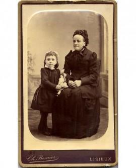 Femme en bonnet et fillette tenant une poupée (mère et fille?)