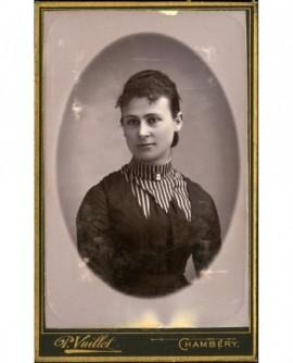 Portrait de jeune fille, au col à rayures sur sa robe