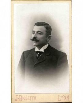 Portrait d'un homme à moustache en croc