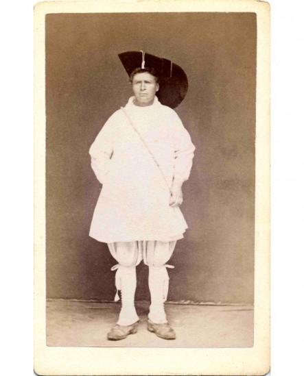 Hommeen costume de scène avec un chapeau de mousquetaire