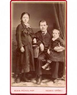 Père assis avec deux filles