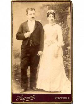 Couple de mariés (épouse main sur l'épaule du mari)