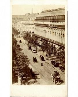 Paris: le Grand Hotel du Louvre et la rue de Rivoli (1867)