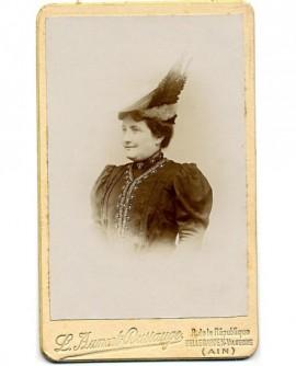 Portrait de femme au chapeau en biseau