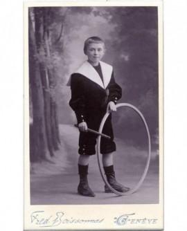 Jeune garçon en col marin avec baguette et cerceau (jouet)