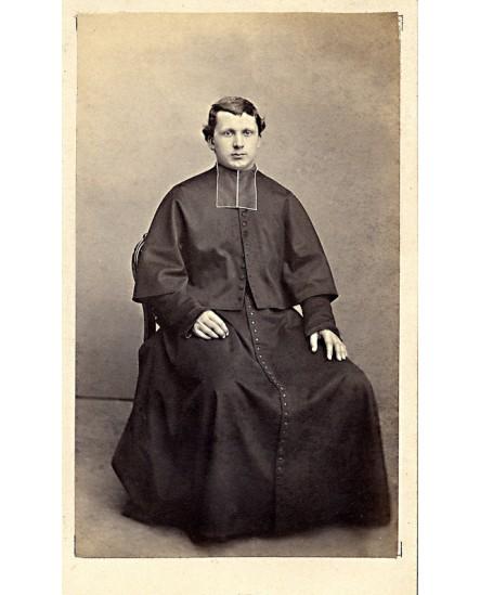 Jeune ecclésiastique assis