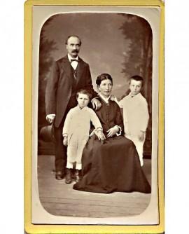 Couple avec ses deux fils (seule la mère est asisse au centre)