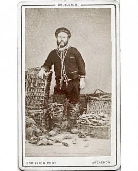 Marin pécheur avec sa pipe et ses casiers à huîtres