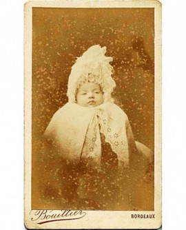 Bébé enfoui sous ses vêtements et bonnet