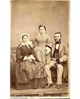 Couple assis avec leur fille entre eux