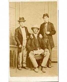 Père assis, ses deux fils debout appuyés sur lui