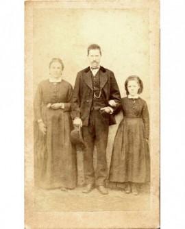 Couple avec leur fille (l'homme au centre, moustachu, chapeau à la main)