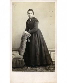 Femme se tenant à un fauteuil