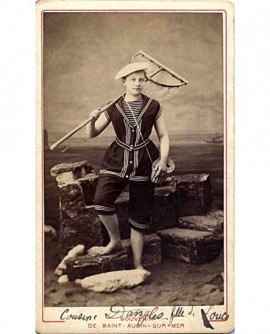 jeune femme en marin, posant en pêcheuse de crevettes