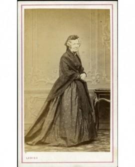 Femme âgée en mantille et châle