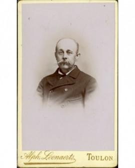 Portrait d'un homme chauve moustachu