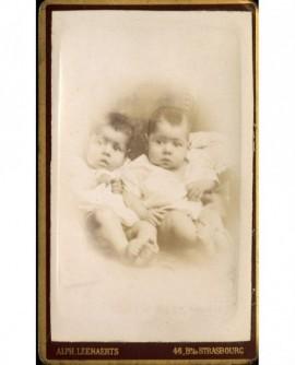 Deux bébés assis
