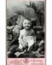 Bébé assis sur des rochers tenant un hochet