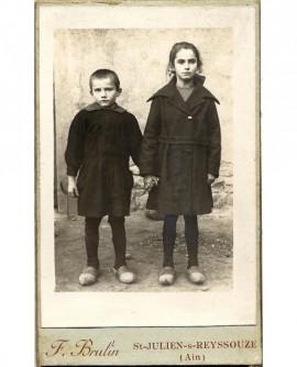 Frère et soeur se tenant la main