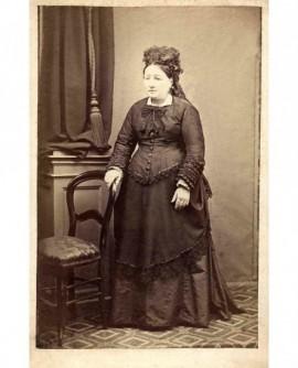 Femme à côté d'une chaise