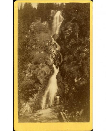 Vue d'une cascade dans le massif de Belledonne