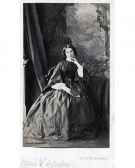Femme posant assise. Marie d\'Argençon